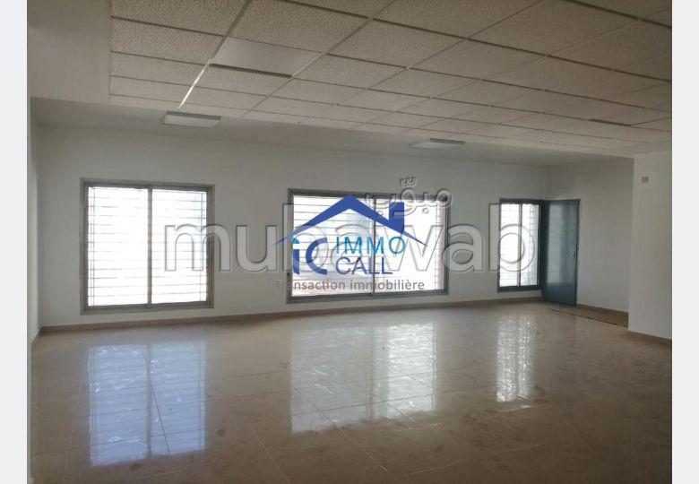 Oficinas en alquiler. Dimensión 360 m². Ascensor y terraza.