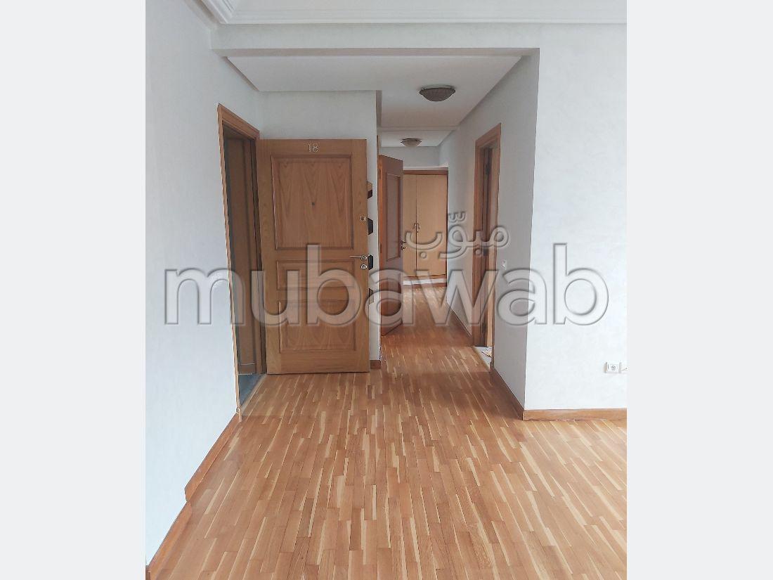 Piso en alquiler. 4 habitaciones grandes. Antena parabólica general, barrio seguro.