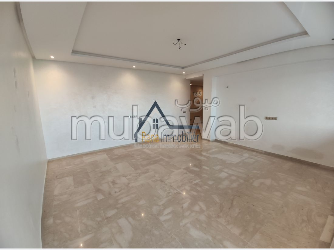 Apartment for rent. Large area 150 m². Traditional living room and reinforced door.