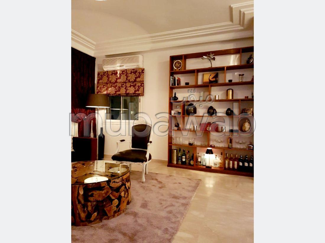 شقة رائعة للإيجار بالدارالبيضاء. 3 غرف ممتازة. موقف السيارات وشرفة.