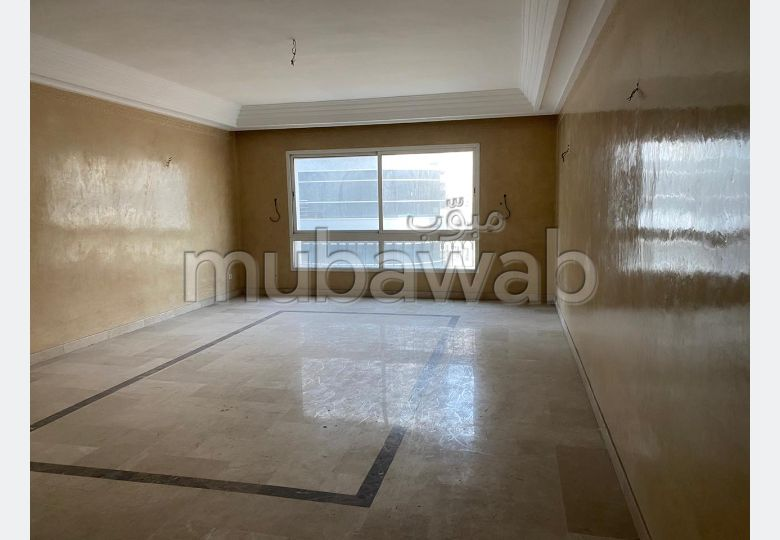 Apartment for rent. 5 comfortable rooms. Traditional living room and reinforced door.
