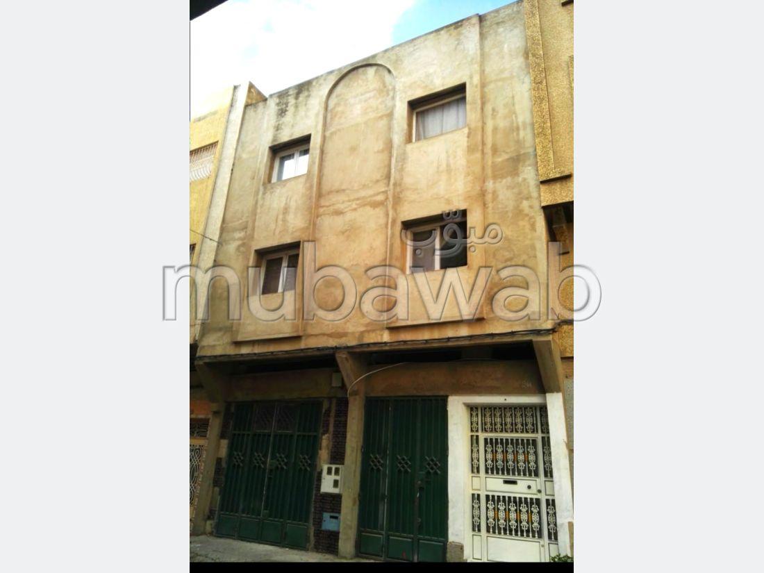 Maravillosa casa en venta. Dimensión 99 m². Sistema parabólico y salón de estilo marroquí.