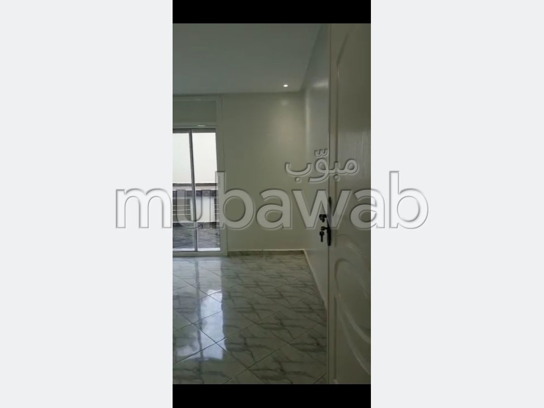 شقة للشراء ب المدينة العليا. المساحة 197 م². شرفة ومصعد.