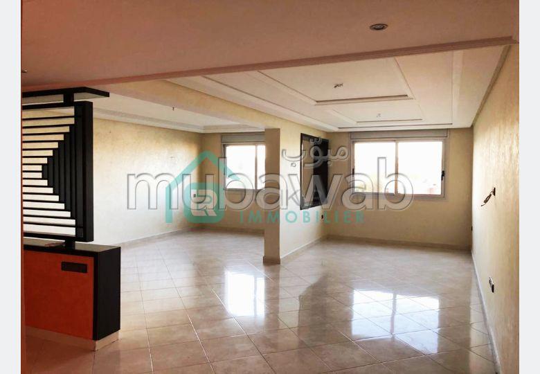 Se alquila este piso en Iberie. 5 habitaciones confortables. Puerta pesada, residencia con seguridad.