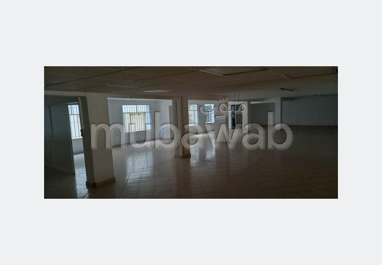 مكاتب ومحلات للإيجار بوسط المدينة. المساحة الكلية 600 م². باب متين،إقامة محروسة.