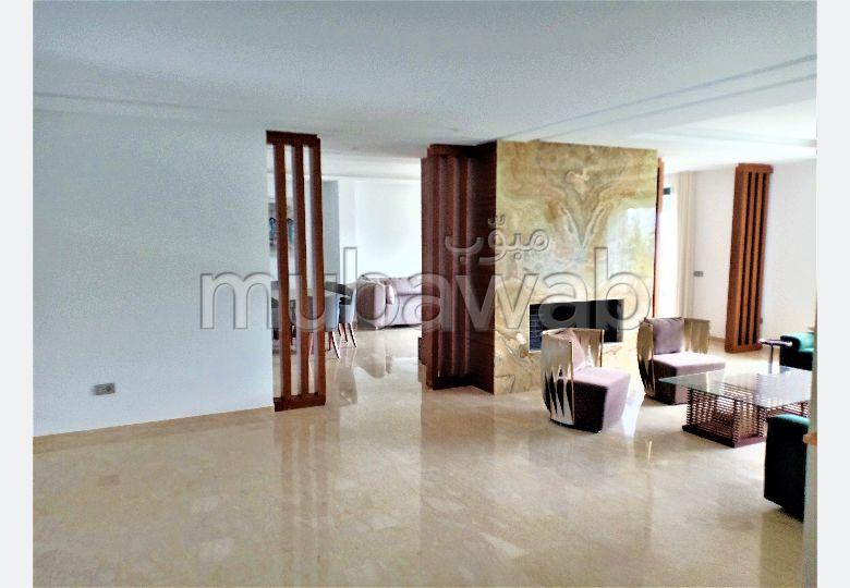 شقة جميلة للبيع بالرياض. 6 قطع مريحة. مسبح ، مكيف هواء.