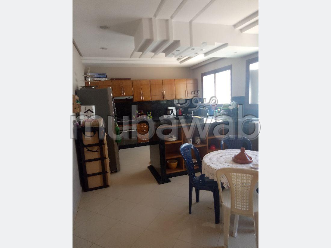 شقة للبيع ب المدينة العليا. 3 غرف. بواب ومكيف الهواء.