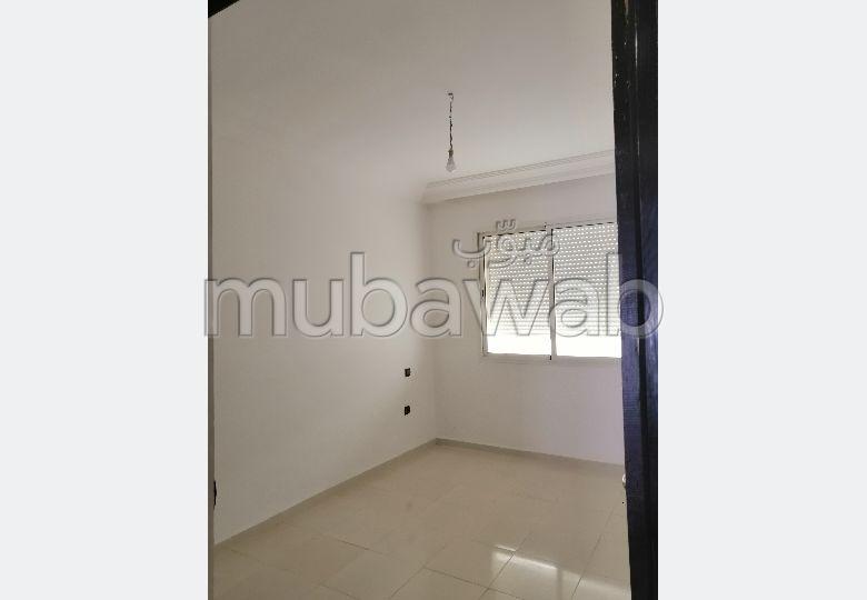 شقة جميلة للكراء بطريق اسفي. 2 غرف ممتازة. خدمات الكونسياج ، و تكييف الهواء.