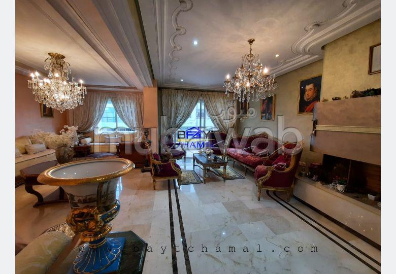 شقة رائعة للبيع بوسط المدينة. 5 قطع مريحة. مصعد وشرفة.