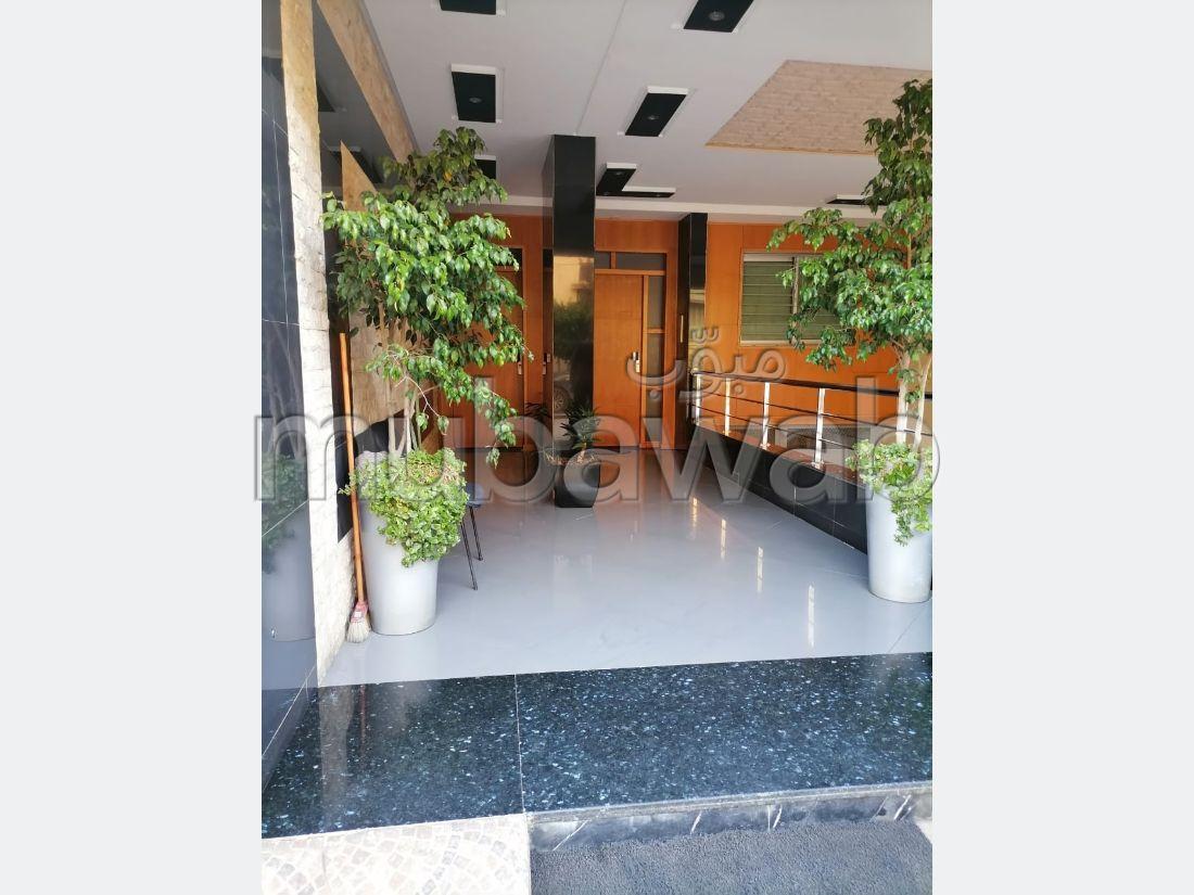 شقة جميلة للبيع بالقنيطرة. 3 غرف رائعة. إقامة بالبواب ، ومكيف هوائي.