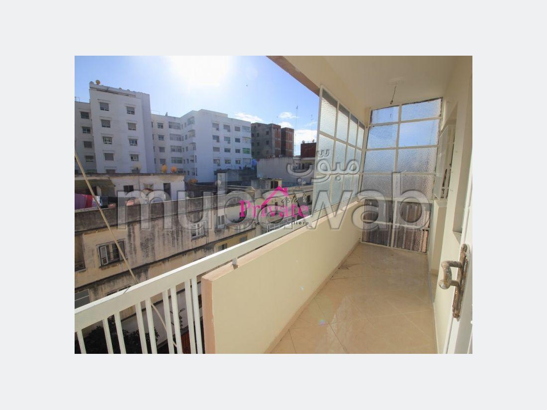 شقة للبيع بطنجة. المساحة الإجمالية 123 م². شرفة كبيرة.