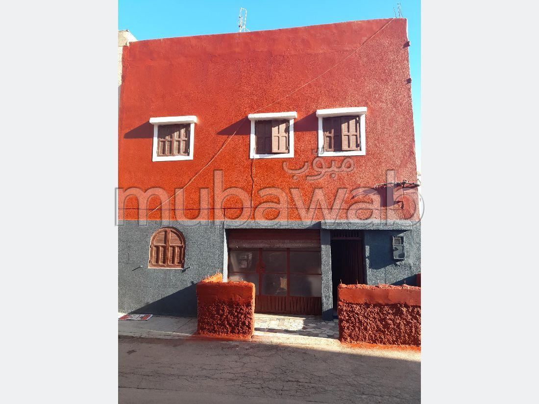 Maison à la vente à Casablanca. 8 pièces. Salon traditionnel et système d'antenne parabolique