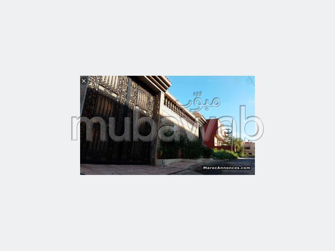 منزل ممتاز للبيع ب الحديقة. 6 غرف ممتازة. صالة تقليدية ونظام طبق الأقمار الصناعية.