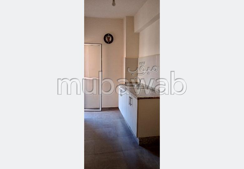 Louez votre résidence à Hay Alfadl. 1 belle chambre. Antenne parabolique et sécurité.