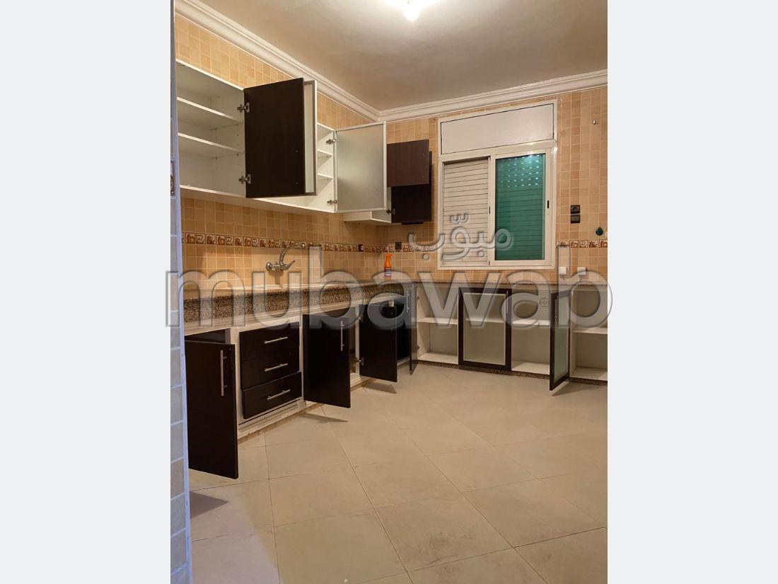 شقة للشراء ب المدينة العليا. المساحة الكلية 160 م². شرفة ومصعد.