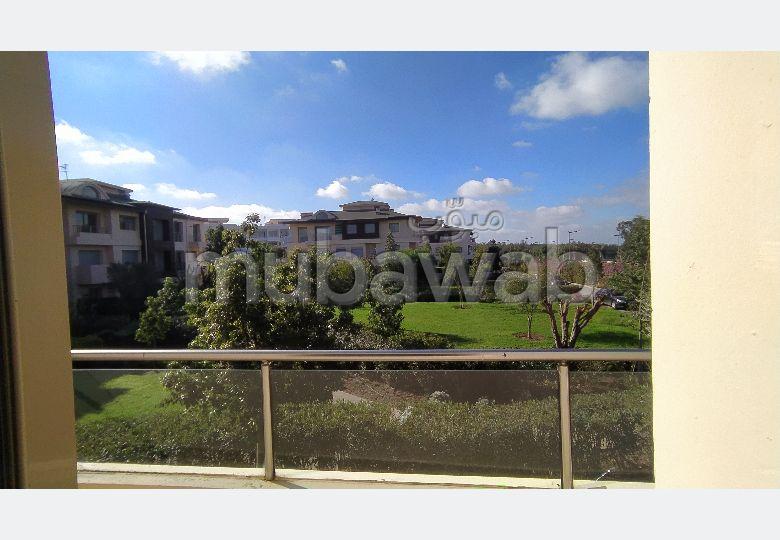 À louer un joli appartement vide 3ch 3facades avec une vue sur la piscine sans vis à vis