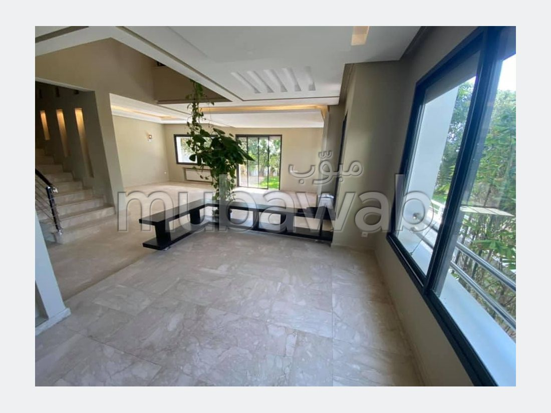 شقة رائعة للإيجار بعين الذياب. المساحة الإجمالية 750 م². نوافذ زجاجية مزدوجة وإطلالة على البحر.