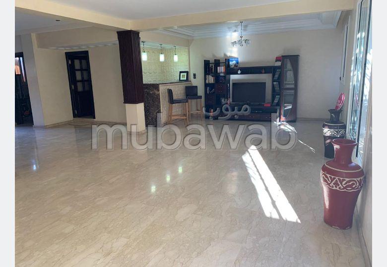 فيلا رائعة للبيع بعين السبع. المساحة الكلية 201 م². باب متين ، صالة مغربية تقليدية.