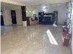 فيلا رائعة للبيع بعين السبع. المساحة الكلية 201.0 م². باب متين ، صالة مغربية تقليدية.