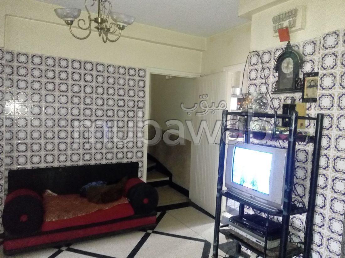Trouvez votre maison à acheter à Hay Hassani. 6 pièces confortables. Porte blindée, antenne parabolique.
