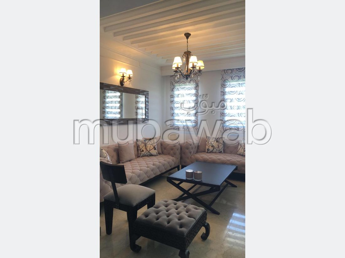 Bonito piso en venta. 6 Gabinete. Piscina y servicio de conserjería.