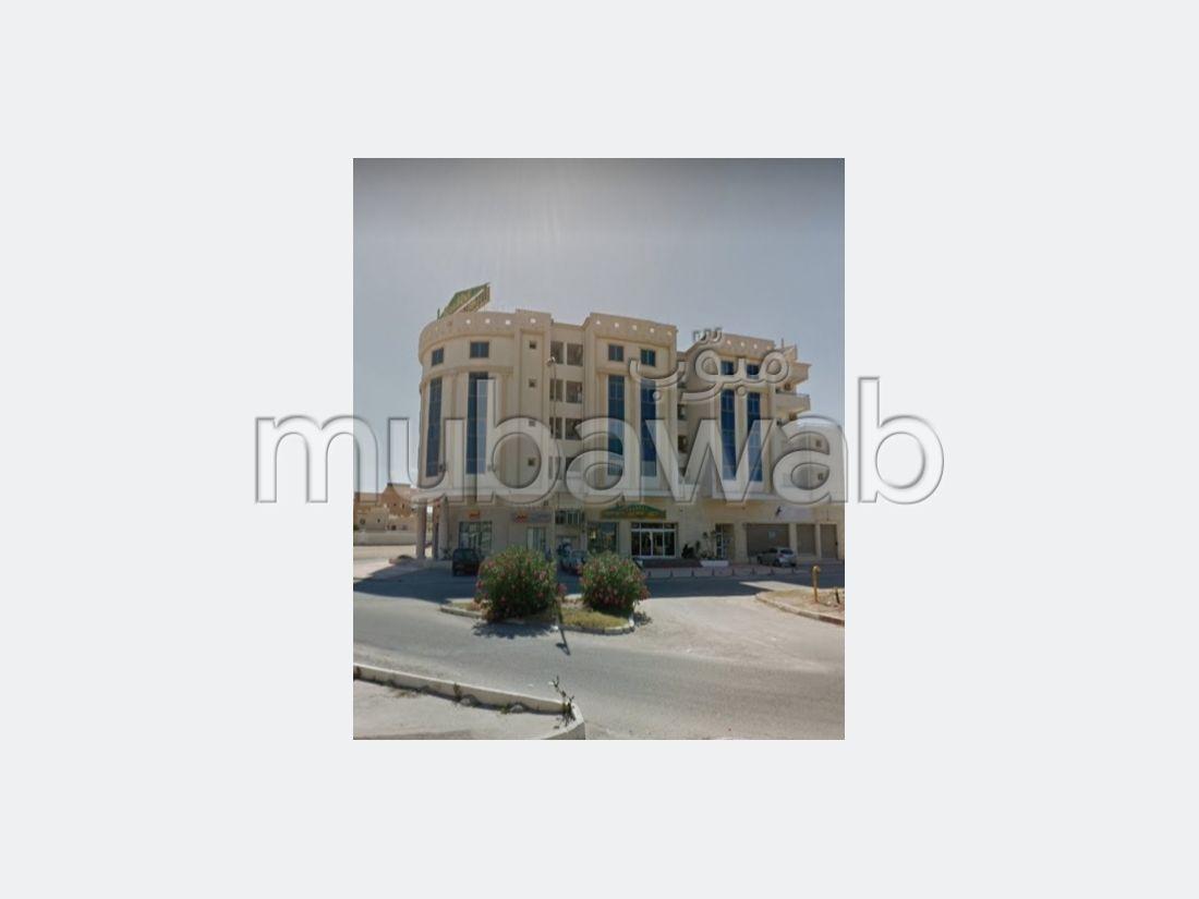 شقة رائعة للبيع ب حي الرياض. 2 غرف ممتازة. إقامة بالبواب ، ومكيف هوائي.