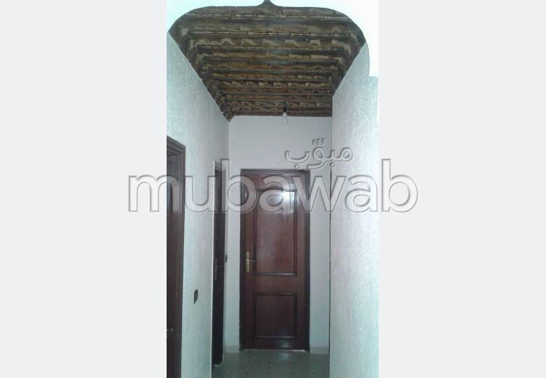شقة جميلة للكراء بطريق أكادير الصويرة. المساحة 92 م². شرفة جميلة وحديقة.