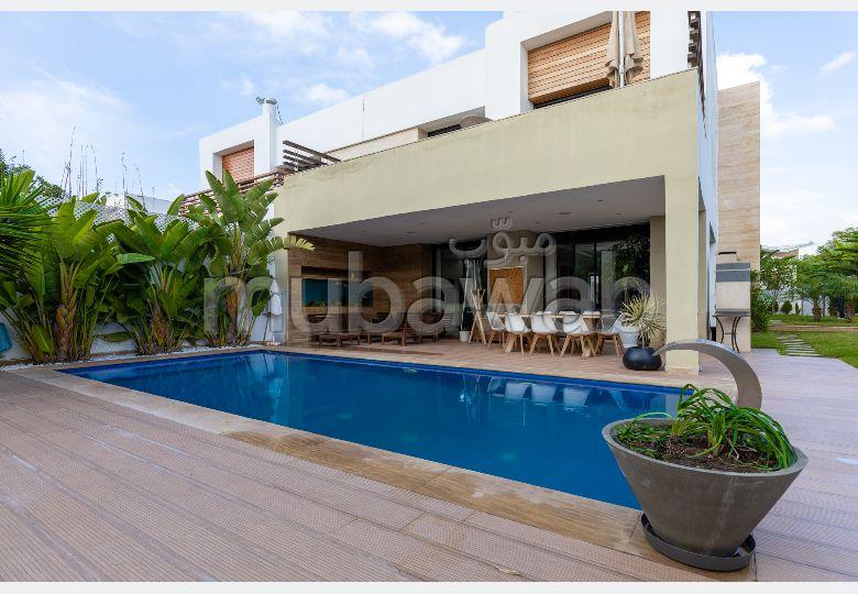 بيع شقة ببوسكورة. 5 غرف جميلة. المدفأة وحارس الإقامة.