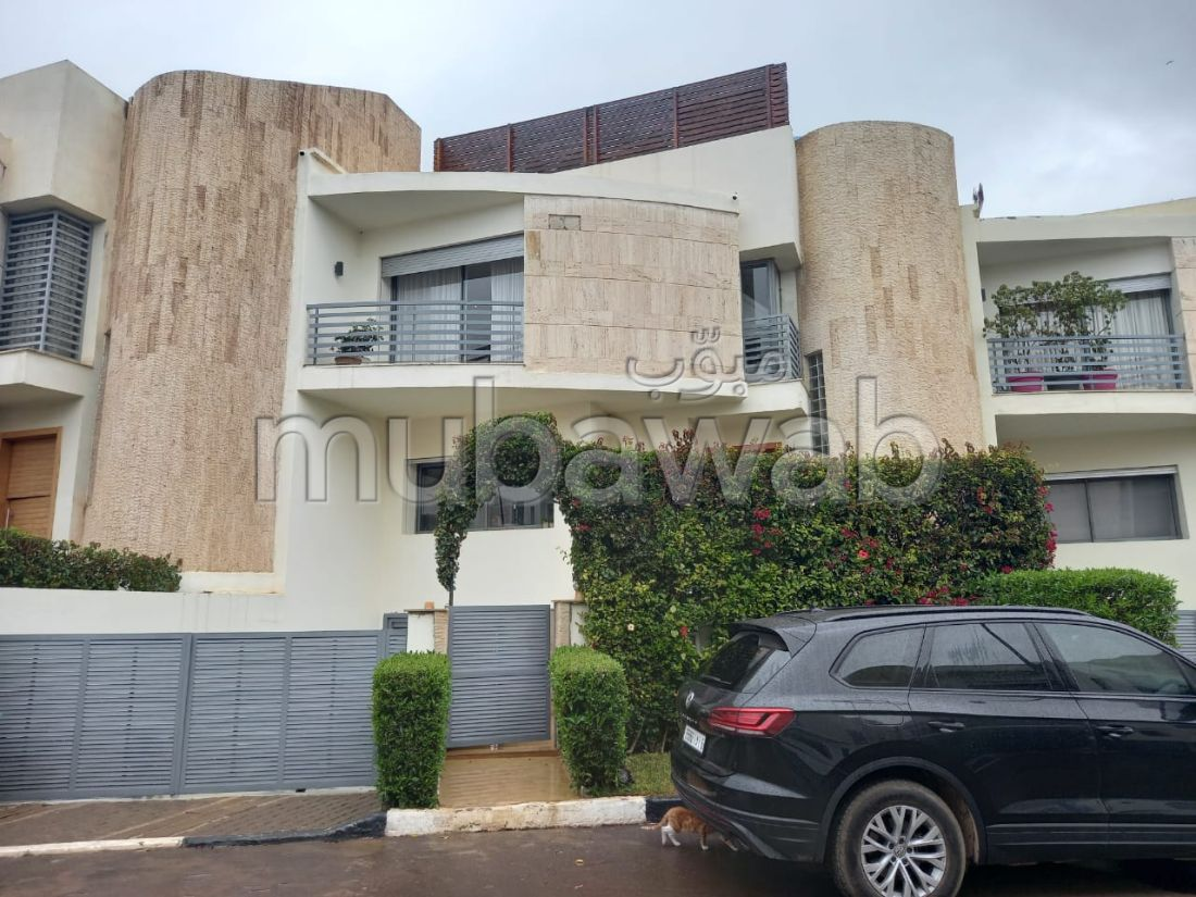 House for sale. 5 Dormitory. Carpark and garden.
