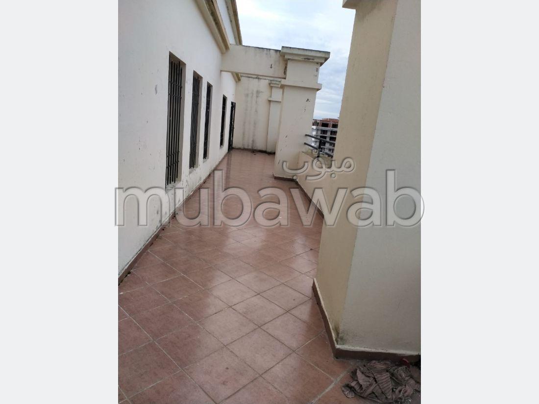 Bonito piso en venta en Malabata. 11 habitaciones. Terraza y ascensor.