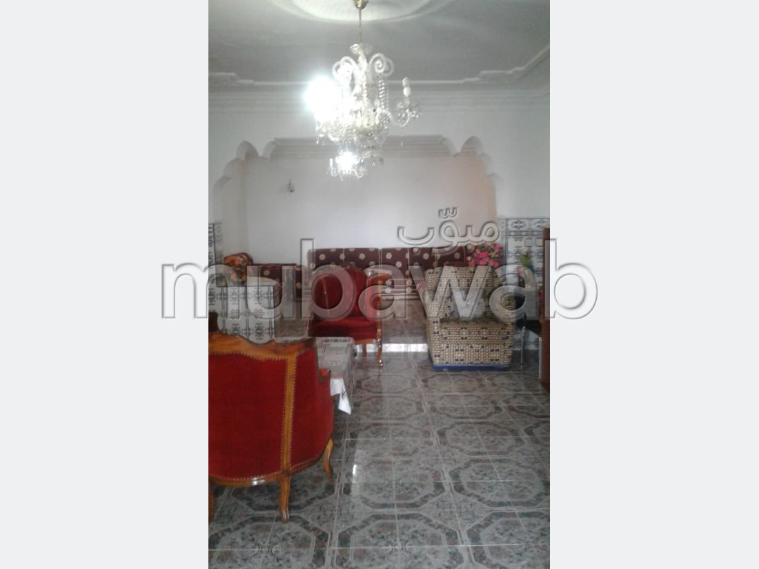 Luxury home for sale. Surface area 600 m². Traditional living room and satellite dish system.
