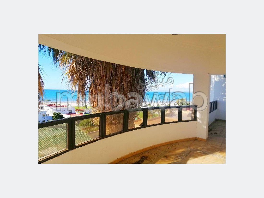 Casa de alto standing en venta en Bella Vista. Gran superficie 500 m². Chimenea funcional, piscina grande.