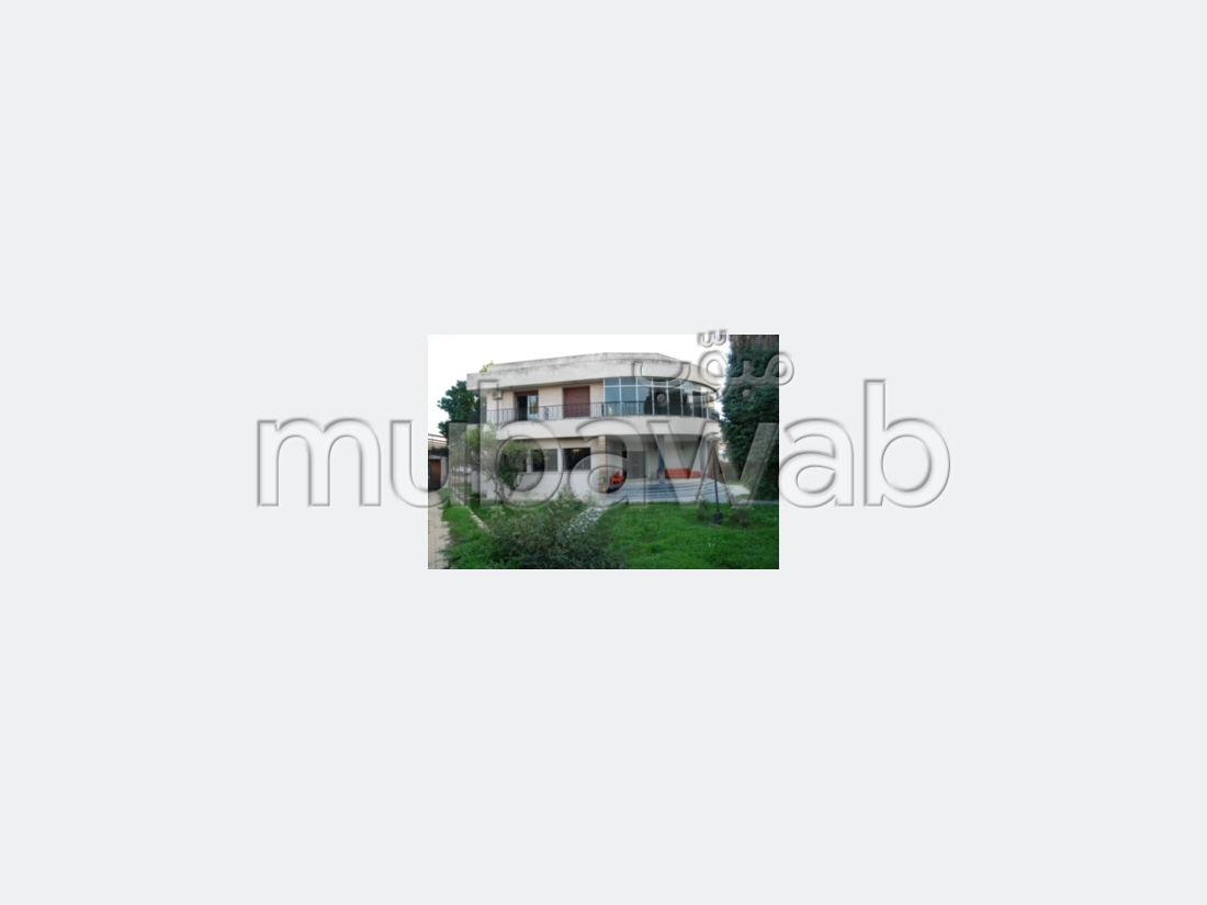 منزل للبيع ب طريق عين شقف. المساحة الكلية 1500 م². التدفئة.
