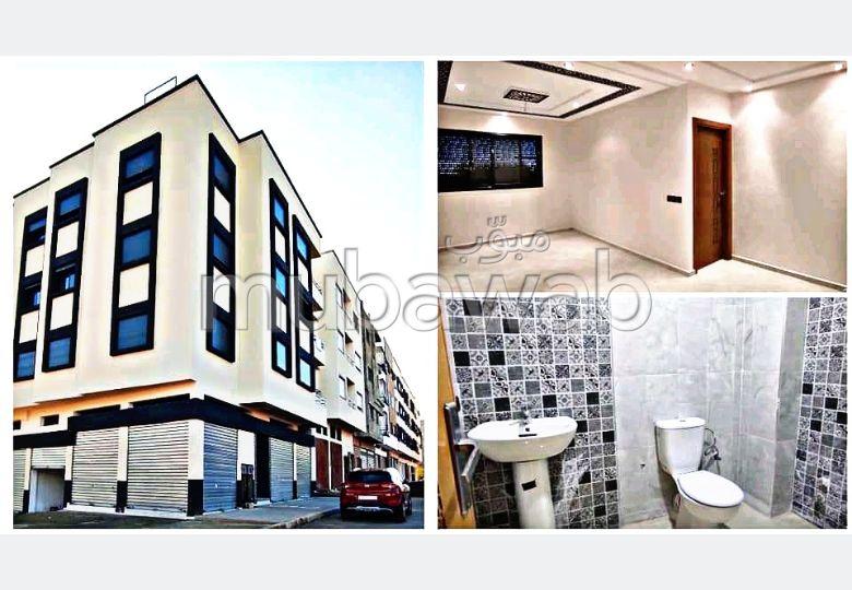 Appartement à vendre à Maghrib Arabi. 2 grandes pièces. Fenêtres avec double vitrage et porte blindée.