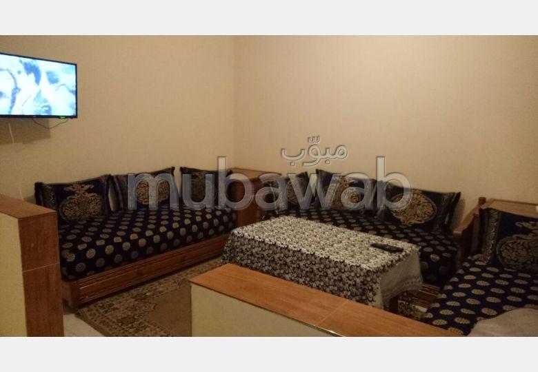 استئجار شقة ب حي السعادة. المساحة الكلية 65 م². صالون مغربي نموذجي ، إقامة آمنة.