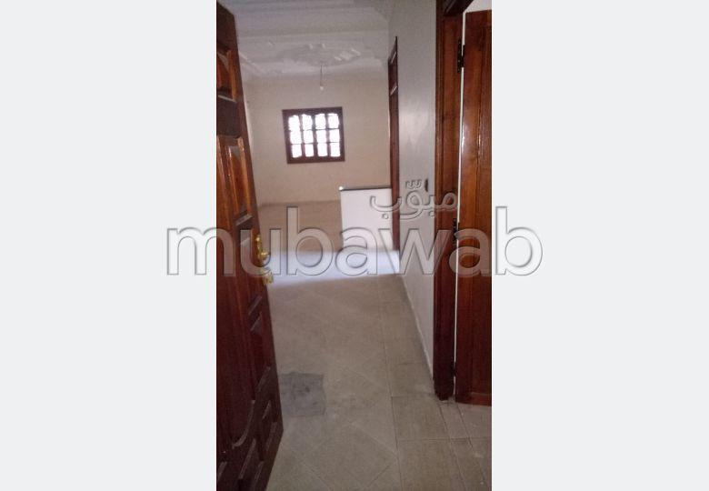 Se alquila este piso en Hay Zitoun. 4 habitaciones grandes. Salón marroquí amueblado.