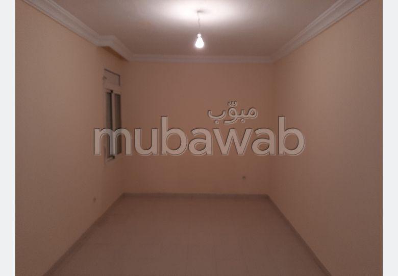 شقة للشراء بالقنيطرة. المساحة الكلية 49 م². صالون مغربي.
