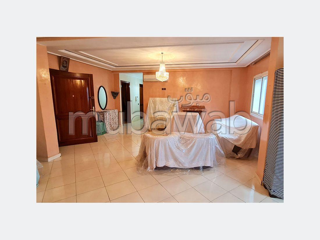 شقة جميلة للبيع بوسط المدينة. المساحة الكلية 148 م². المدفأة وحارس الإقامة.