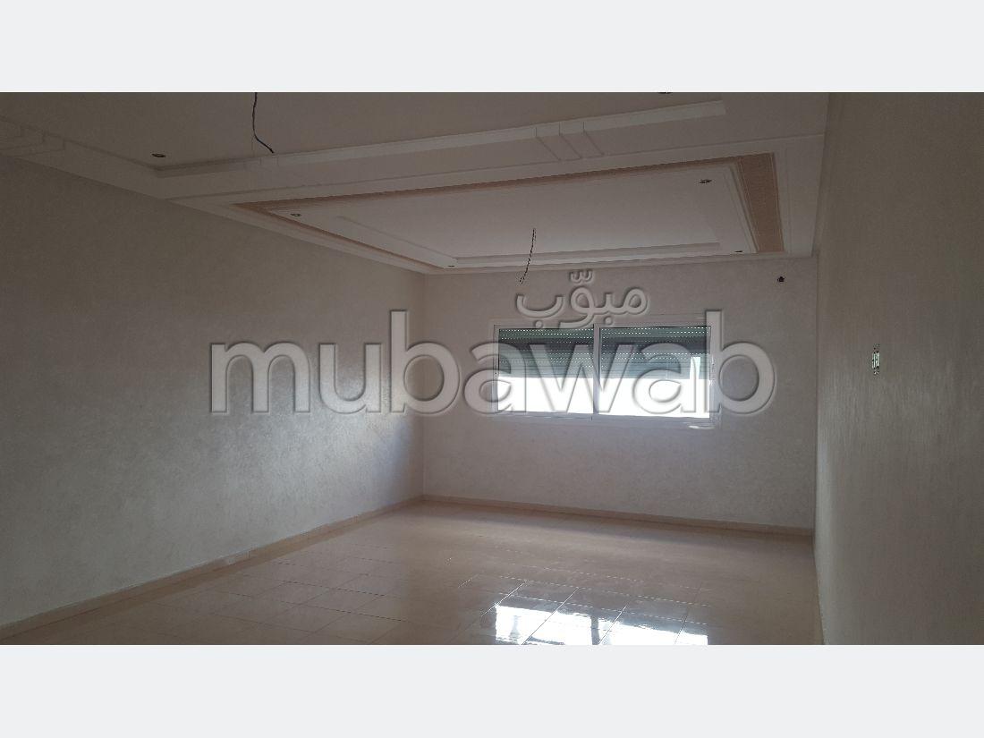 شقة رائعة للبيع ب طريق صفرو. 3 غرف. مصعد وأماكن وقوف السيارات.