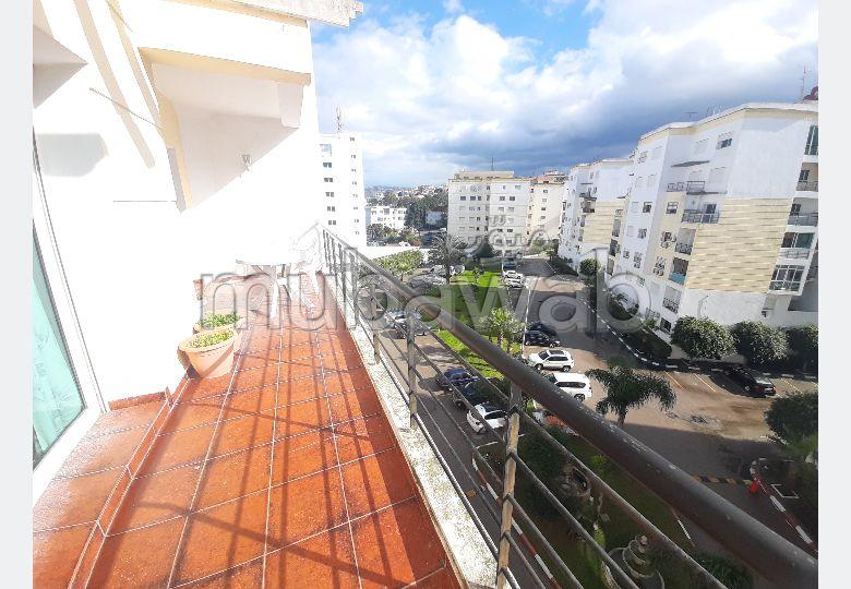 شقة رائعة للايجار بحـي الشاطئ. 2 غرف رائعة. مفروشة.