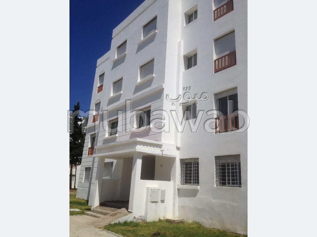 شقة للشراء ب الطريق الوطنية اصيلة (N1). المساحة 56 م². صالون مغربي نموذجي ، إقامة آمنة.