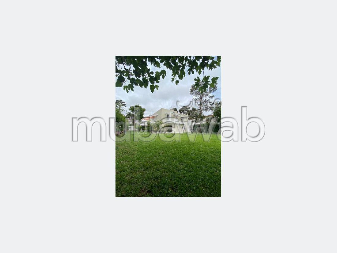 Magnifique villa à louer à Rabat. Surface de 1400 m². Antenne parabolique et Porte blindée