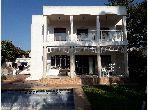 منزل ممتاز للبيع بالالفة. المساحة 784 م². موقف السيارات وشرفة.