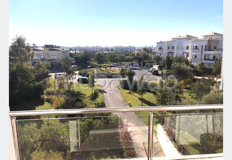 شقة رائعة للبيع ببوسكورة. 4 قطع. شرفة جميلة وحديقة.