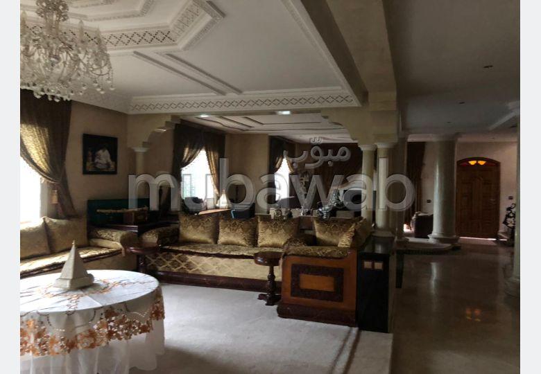 Villa de haut standing à vendre à Casablanca. 5 chambres. Antenne parabolique et sécurité