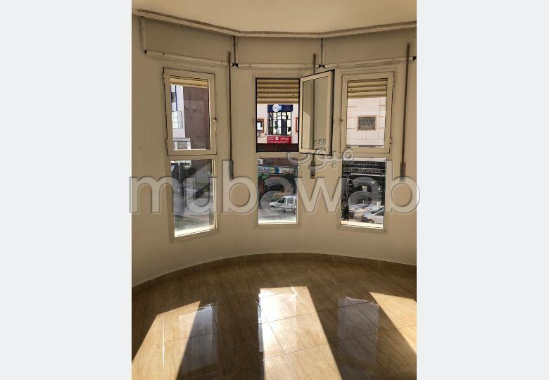 شقة للبيع ب لالة شافية. المساحة الإجمالية 54 م². باب متين ، صالة مغربية تقليدية.