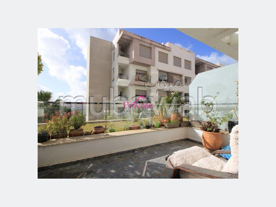 شقة للإيجار بملابطا. المساحة 100 م². موقف للسيارات وحديقة.
