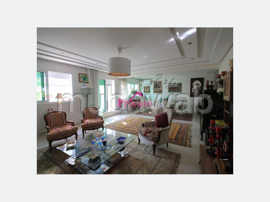 شقة جميلة للبيع بطنجة. المساحة الإجمالية 213 م². موقف السيارات وشرفة.
