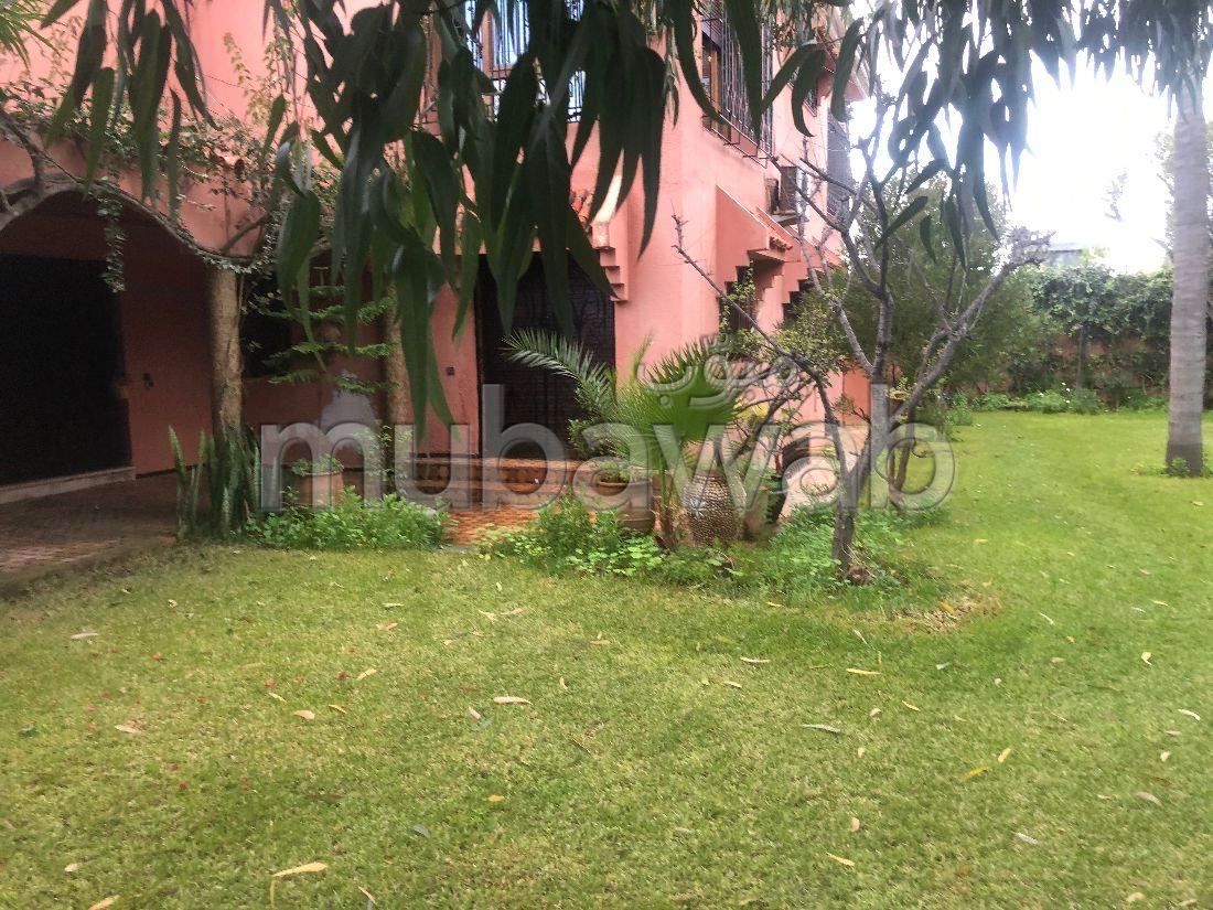 Magnifique villa à vendre à Casablanca. 7 pièces confortables. Belle terrasse