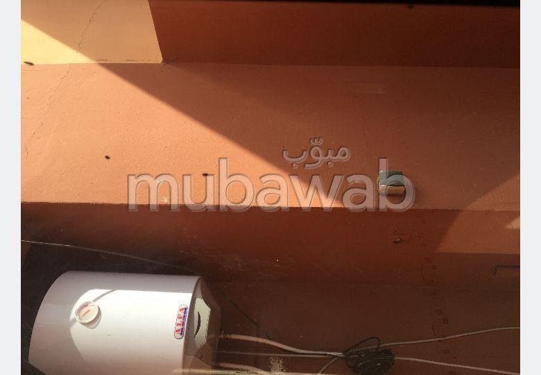 شقة رائعة للايجار بطريق اسفي. المساحة الإجمالية 75 م². صالون مغربي، و خدمة الأمن والحراسة.